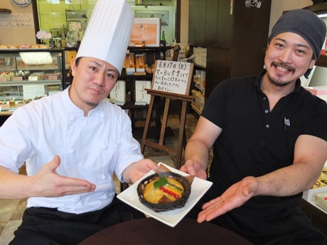 コラボ商品「ケークサレ」を手に笑顔を見せる虎月堂・坂田さん(左)とキースパイス・本間さん