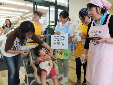アルク南浜店入り口で行った食育推進計画啓発イベントの様子