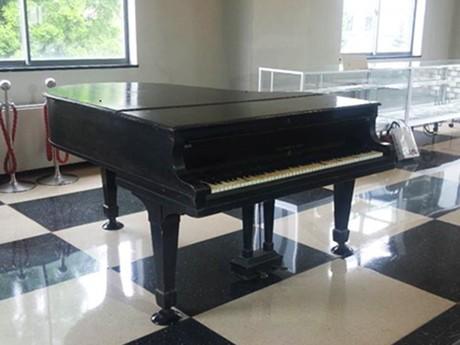 90年ほど前に寄贈されたスタインウェイ社製のピアノ