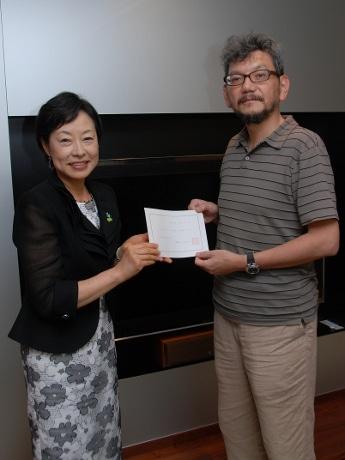 宇部ふるさと大使に就任した庵野秀明さん(右)と久保田后子宇部市長