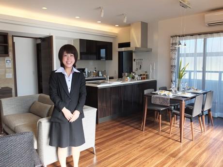モデルルームを案内する営業部の小田宏美さん