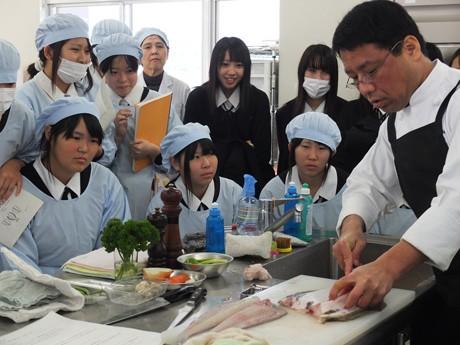 プロの手さばきを披露するレストラン「キャプテン」藤谷シェフ