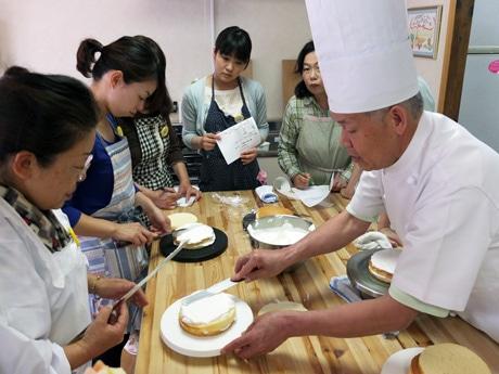 プロの技を伝授するお菓子のピエロの大日田さん