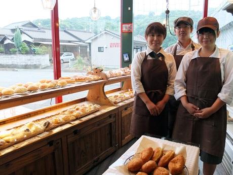 オープンから5周年を迎えたアップルベリーの山本弘文さんと妻・利恵さん、長女の真綺さん(右)