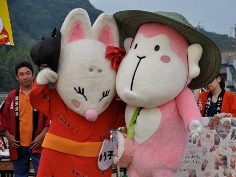 デビューした「おごりん」と湯田温泉のゆるキャラ・ゆう子 写真提供=湯田温泉旅館協同組合