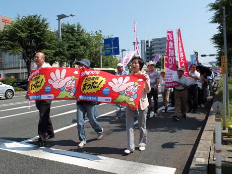 宇部のメーン通りをデモ行進する参加者ら