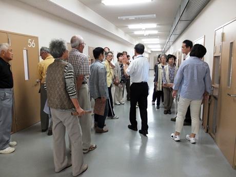 参加者は実際に受刑者が生活する個室もガラス越しに見学した