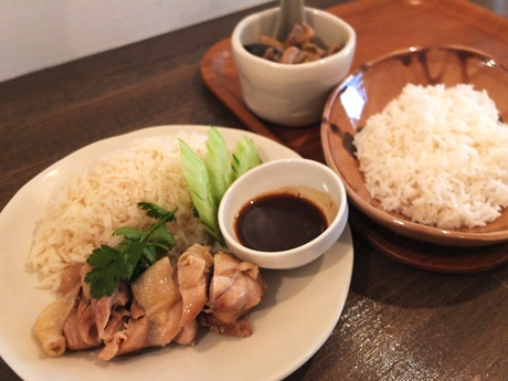 提供するタイ料理「海南チキンライス」(左)と「鶏のグリーンカレー」