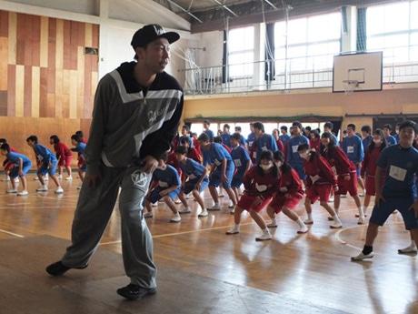 西岐波中で生徒にダンスを教えるEXILE・USAさん