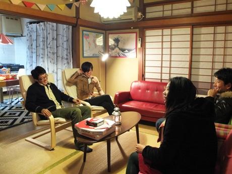 夕食を前に歓談する相澤さんと入居者