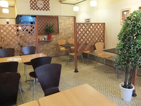 明るい雰囲気に仕上げた「粉なカフェ」の店内