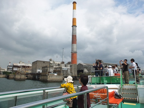 宇部港内で工場群を見学する参加者