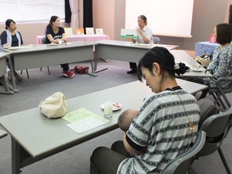 新米ママを含む6人が参加した「マタニティ絵本カフェ」の様子