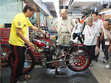 自らのバイクを披露しながら説明する岡本選手
