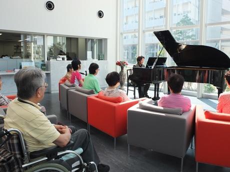 坂本龍一さんの楽曲「ブリッジ」を演奏する碓井さん