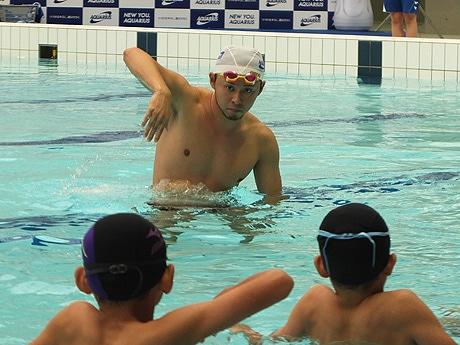 子どもたちに水泳を教える北島康介さん