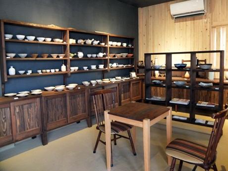 落ち着いた雰囲気に改装した「萩焼屋」店内