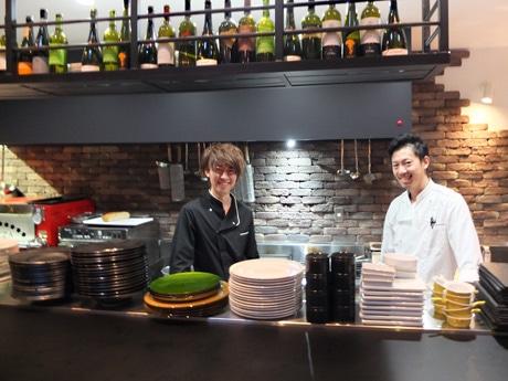 「特別感を味わってほしい」と店主の眞田さん(左)とスタッフの福江さん(右)