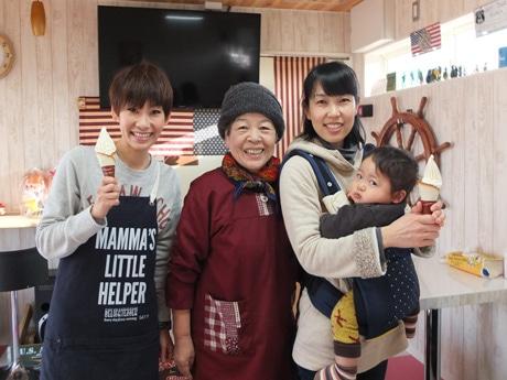 「楽しい空間を提供したい」とスタッフの田口真紀子さん、井本美智子さん、丸中あかりさん(左から)