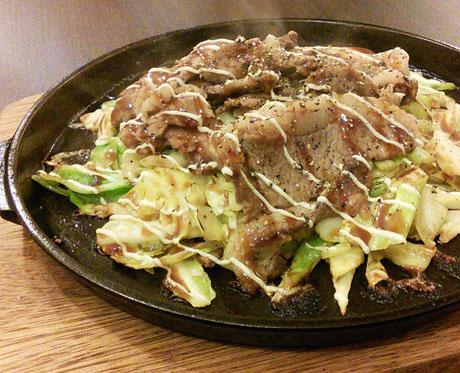粉なカフェが提供する「猪肉の鉄板焼き」