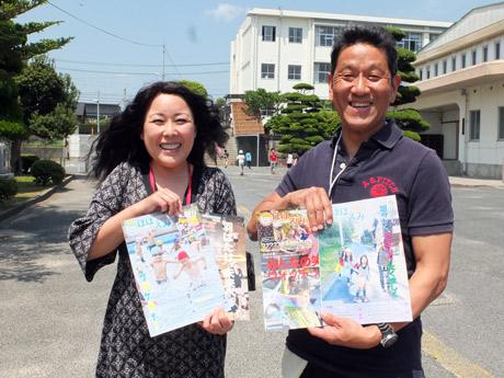 受賞をよろこぶ文化広報部担当教諭・名和田浩介さんと部長・島袋幸子さん