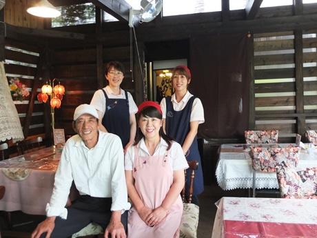 「あん庵」の三井啓子さん(右下)と夫の耕二さん(左下)スタッフのみなさん