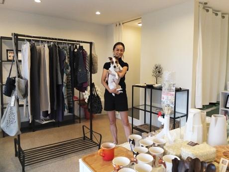 店主の藤井里香さんと看板犬のロビン