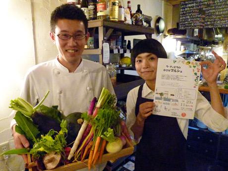 こだわりの野菜を抱えるオーナーシェフの高橋崇さんと妻の友里さん