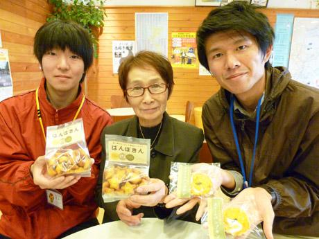 「地域に愛されるお菓子ができた」と西倉さん(右)
