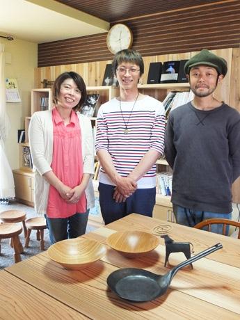 主催の宮崎知美さん、木工職人の鮎川大樹さん、鍛冶職人・横田弘志さん(写真左から)