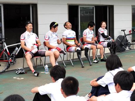 和やかな雰囲気で生徒の質問に答える選手たち