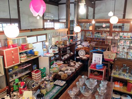 昭和のキッチン雑貨などが並ぶ店内の様子