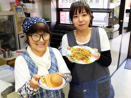 「甘太郎と変わらない味」の料理を手にほほ笑むスタッフ