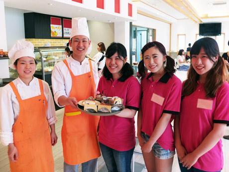 「Cafe de YIC」を運営するパティシエ学科とホテル・ブライダル学科の学生