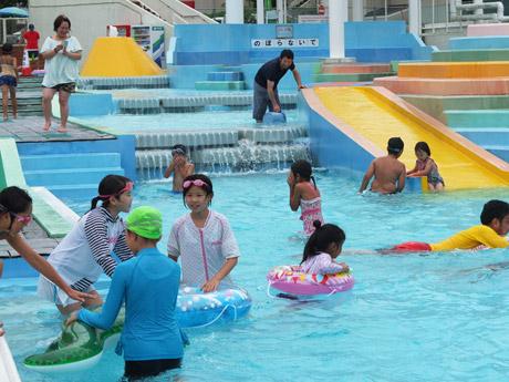 オープン直後にプールではしゃぐ子どもたち