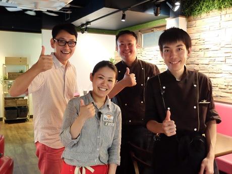 「活気のある雰囲気でもてなしたい」と意気込む富岡社長(左)と同店スタッフ