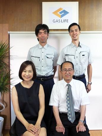 「お客さまの満足を一番に考えてサービスを提供していきたい」と波多野博仁さん(右下)。