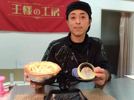 「アップルパイ」を実演販売する長野五輪金メダリストの船木和喜さん
