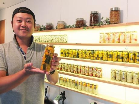 飲食店に向けた初の試食イベントを行う「萩野菜ピクルス」の椋木さん