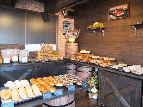 総菜パンや菓子パンなどがずらりと並ぶ「ベーカーズベース」の店内