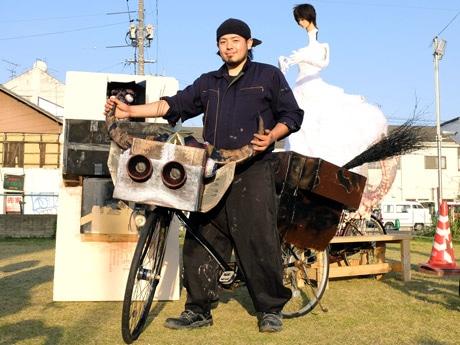 「銀天牛チャリ」にまたがる武田さん