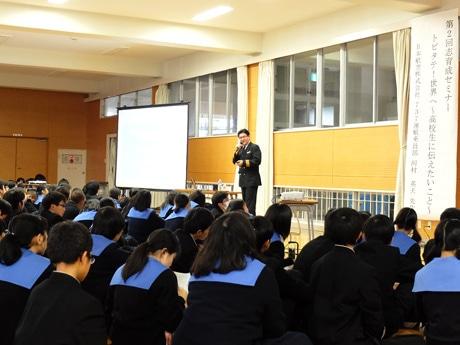 宇部高校の1年生242人を前に講演する河村機長