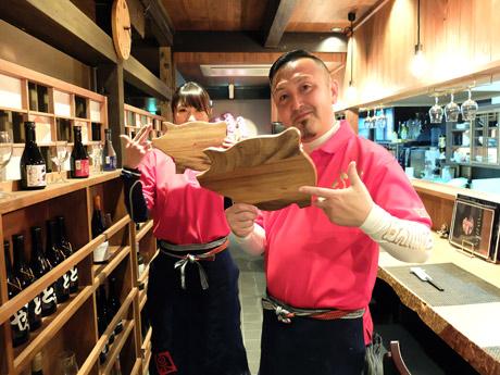 店主の川口司さん(右)と、店長の藤村知加さん