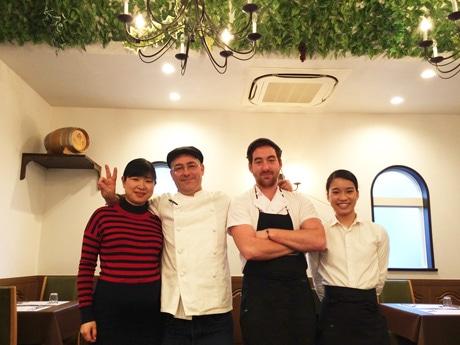 笑顔を見せるルロワさん(写真中央左)とスタッフのみなさん