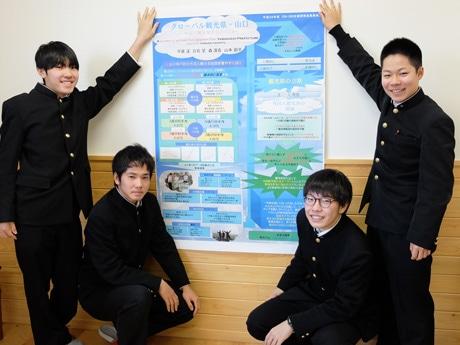 研究の成果を記したポスターを手にする観光研究班のみなさん