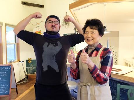 「親近感を感じてほしい」とニックネームで営業するクマさん(左)とママさん