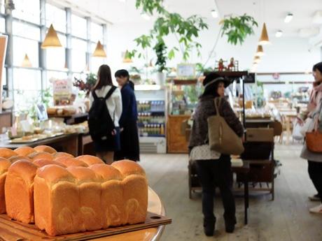 女性客を中心ににぎわうパンの販売スペース