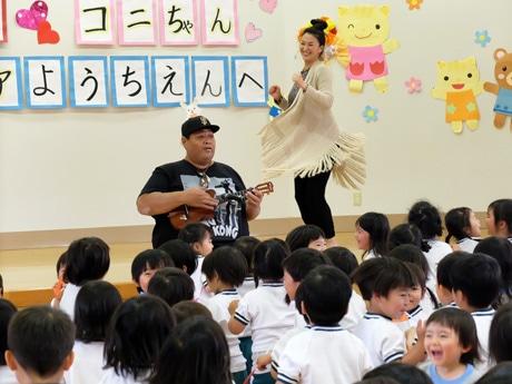 小錦さんの歌とウクレレの演奏に合わせて踊る園児たち