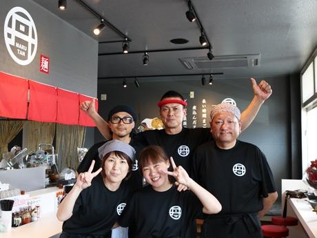 店主の関谷敏彦さん(右から2番目)と「まるたんら~めん」スタッフの皆さん