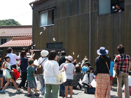 美祢・美東のコミュニティースペース「古民家みとう」で行った餅まきの様子